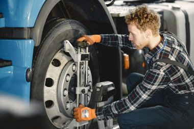 ar-mechanic-repairs-car-in-garage-with-tools-7Y7G7MF-min