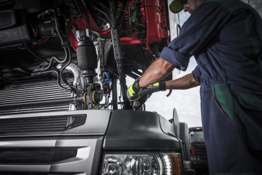 repairing-broken-semi-truck-P2CFB9P-min