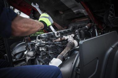 repairing-semi-truck-PXT9KJU (1)-min